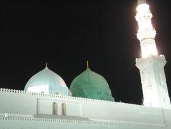 Onder de groene koepel is het graf van de Profeet (salallahu alayhi wasalam)