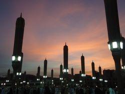 's Avonds veranderen de zonneschermen bij Masjid an Nabawi in palen met lampen