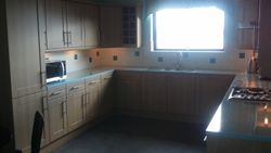 UPGRADED TO LISSA OAK UNIT DOORS & GREEN GLASS EFFECT LAMINATE WORKTOPS PIC1