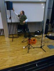 Musiker Fredrik Larson riggar utrustning