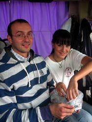Pri povratku veroucitelj Mirko deli krstice (Ostrog 2008)