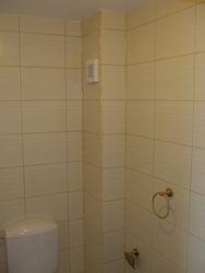 baie  placat faianta glazurata de nuanta crem cu irizatii usoare
