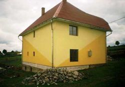 Termosistem ,imagini amenajari exterioare aplicat tencuiala decorativa in 2 doua nuante galben si portocaliu in diagonala stil driscuit