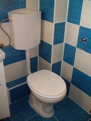 Baie sah, cu faianta de culoare alba si alba cu rezervor pe perete, masca baiestra vas wc