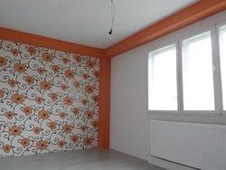 Masca gips carton zugravit portocaliu si tapet