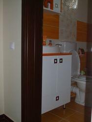 Mobila baie lavoar de culoare alba si portocalie