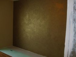 Vopsea decorativa verde aurie aplicata in dormitor