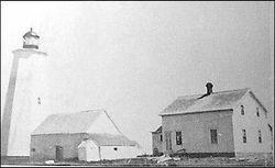 Le phare avec la première  maison