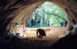 Excavacións arqueolóxicas na Cova de Eirós (Cancelo)