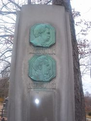 Obelisk marker of Twain and his son-in-law