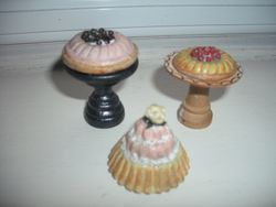 Big fancy puddings for greedy dolls!