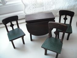 finally found chairs to go with the drop leaf table.