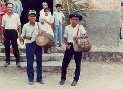 Musicos ejecutando el Tambor o Caja