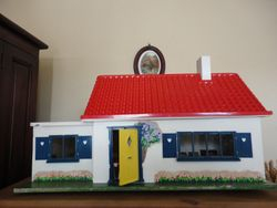 Daisy Bungalow 1966-71. Dimensions: 23 inches [58 cm] wide, 11.5 inches [29 cm] deep and 12.5 inches [31.5 cm] high.