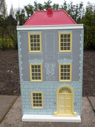 Town House, 1972 (Barclay Toy Group). Dimensions: 15 inches [40.75 cm] wide, 12.5 inches [31 cm] deep and 27 inches [68.5 cm] high.