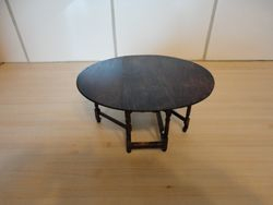 Escutcheon table, fully extended, top
