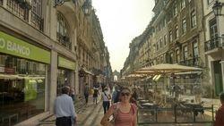 Trijumfalna kapija u ulici Rua Augusta sa Trgovackim trgom u daljini 2, Lisabon