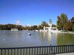 Retiro park (Parque del Rastro), jezero, statua Alfonsa XII, Madrid
