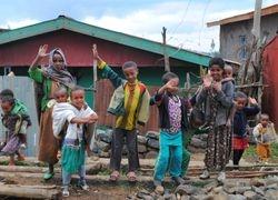Lokalni klinci u Debarku na putu za Simien planine