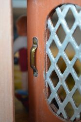 ... and lovely little brass handles.