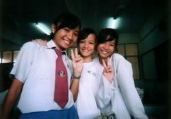 Claudia bersama rakan sekolah