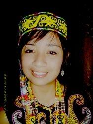 Claudia berpakaian Orang Ulu.