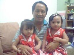 Pui Anye bersama Cucu/Seu Fina & Eva.