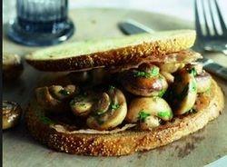 Toast met gebakken paddenstoelen en spek