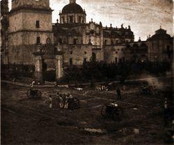 Artillería frente a Catedral, 1920. Morelia.