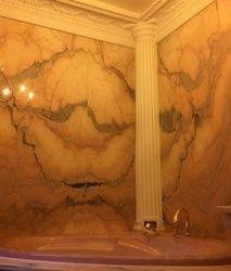 Réalisation d'une salle de bain en marbre rose et colonne et corniches en Staff