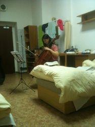 Wen Yu studeert op haar kamer