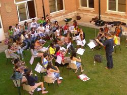 La orquesta de grado medio ensayando en el patio del Colegio