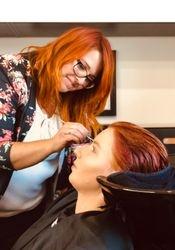Sabine unser Make Up Spezialistin bei der Arbeit