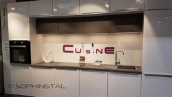 Crédence de cuisine décorative sur mur violet