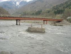 The new and old (destroyed) bridges in Lentekhi