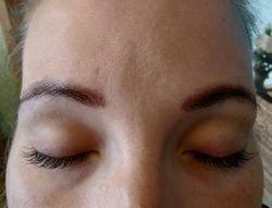 Augenbrauen-und Wimpernfärben nach