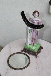 Moters su isimamu veidrodziu statulele. Kaina 76 Eur.