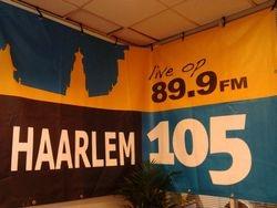 In de radiostudio van Haarlem wordt de app ingesproken.