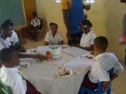 Les élèves se préparent à peindre des merveilles!