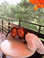 Ilinca und Alexandra (Missy), zuhause in Moedling auf die Terasse