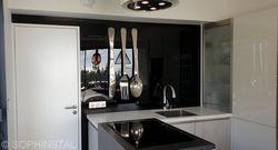 Crédence de cuisine noir ultra brillante, recouvrant l'ensemble sur mur