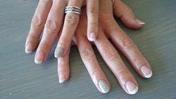 Witte french met zilveren glitter op ringvinger