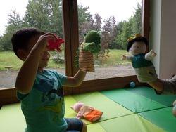 Chez Little Kids, les enfants apprennent grâce aux jeux et au paratge. La communication est mise en avant.