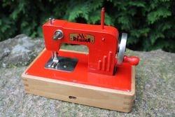 Antikvarine vaikiska siuvimo masina Regina. Kaina 44 Eur.