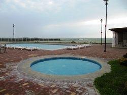 Area solcial con piscina de ninos y adultos