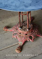#27/051 GARDEN TABLE RED DETAIL 1