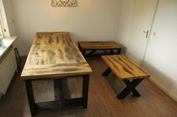 """Drentse eettafel en een Kruispoot salontafel, beide met een Oud Eiken blad en een met """"industriëel"""" houten onderstel.."""