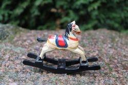 Kaledinis medinis arkliukas. Kaina 8 Eur.