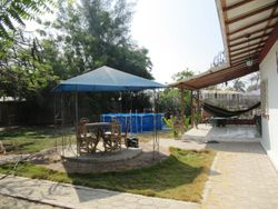 Carpa, piscina y porche lateral