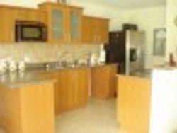 Propiedad de Inversión: Casa dividida en cuatro apartamentos amueblados con entrada independiente y A/C.